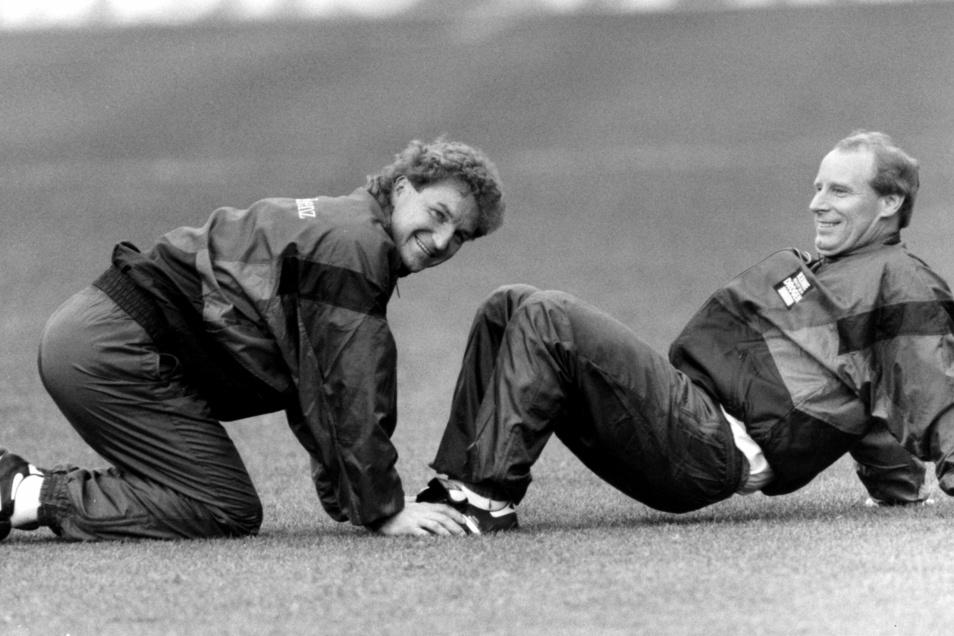 """Fußball-Bundestrainer Berti Vogts (r.) machte """"Dixie"""" Dörner 1990 zu einem seiner Assistenten bei der Nationalmannschaft. Heute sagt er: """"Ich habe selten einen so freundlichen Menschen kennengelernt."""""""
