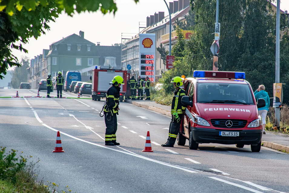 Die Feuerwehr hatte während der Löscharbeiten die Hauptstraße gesperrt.