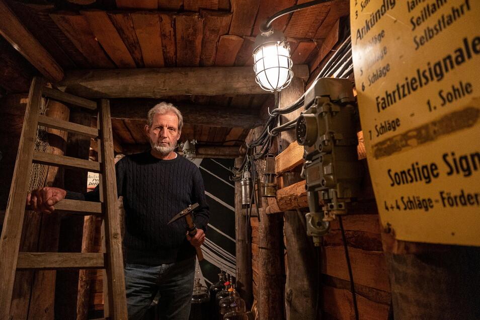 Hobbybergmann Uwe Jaschik aus Dresden-Coschütz hat sich einen Kellerraum als Stolln ausgebaut - mit allerlei Utensilien auch vom Bergbau im Döhlener Becken.
