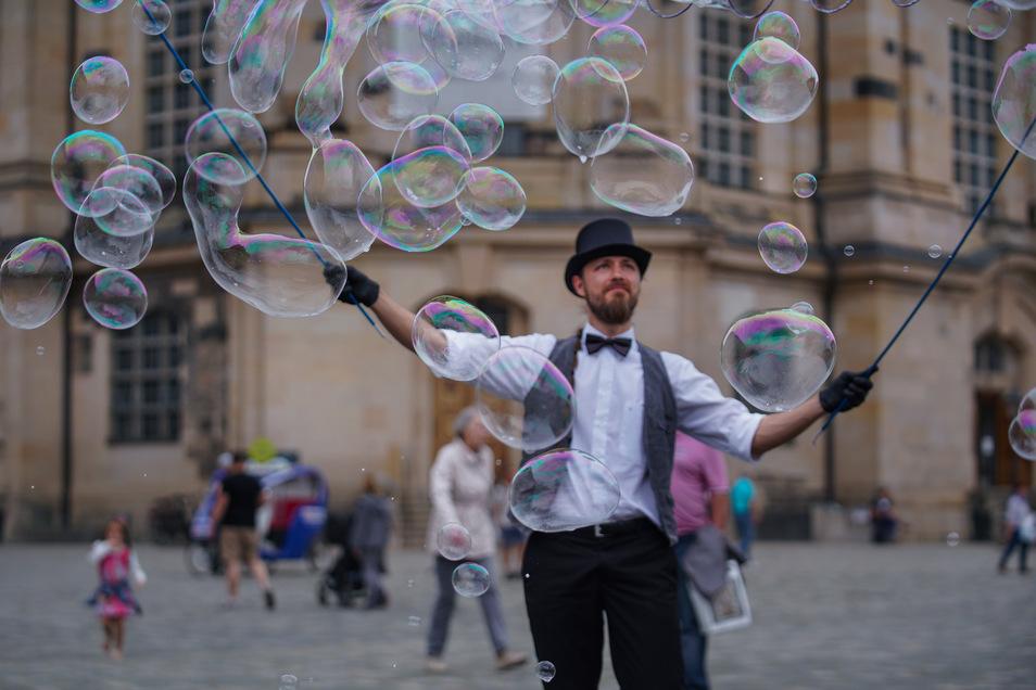 Für seine stummen Seifenblasen-Shows braucht Gräßler keine Genehmigung der Stadt.