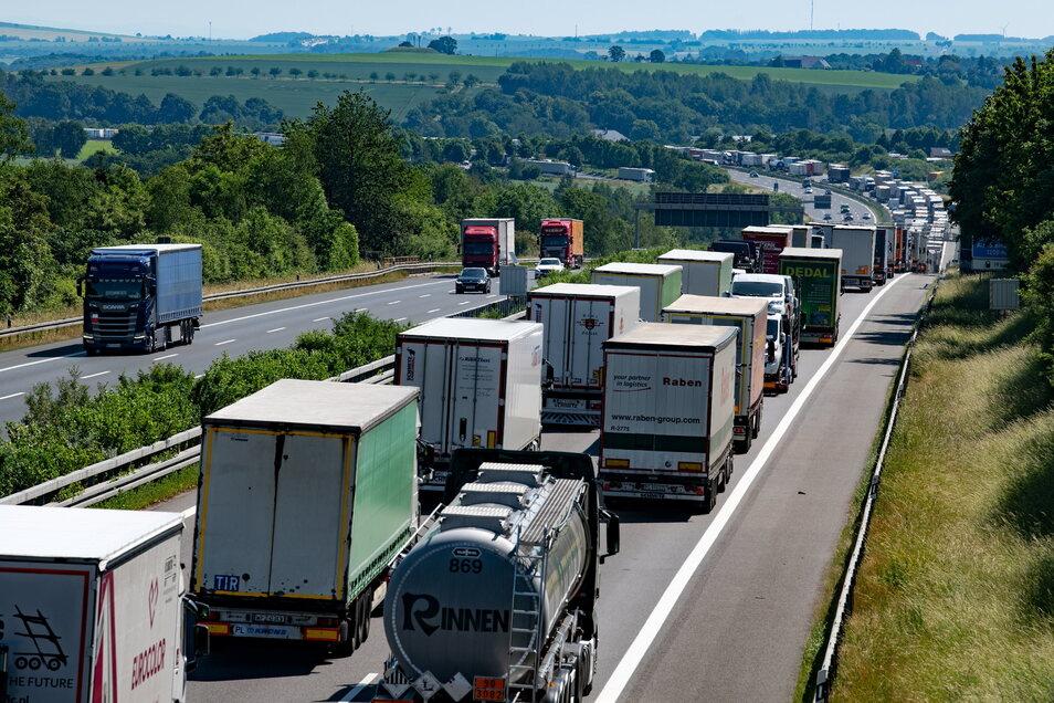 Seit Monaten fast täglich das gleiche Bild auf der A4: Kilometerlange Staus zwischen Dreieck Nossen und Dresden. Auf dem Bild vom Juni ist im Hintergrund noch gesprengte Sendemast bei Wilsdruff erkennbar.