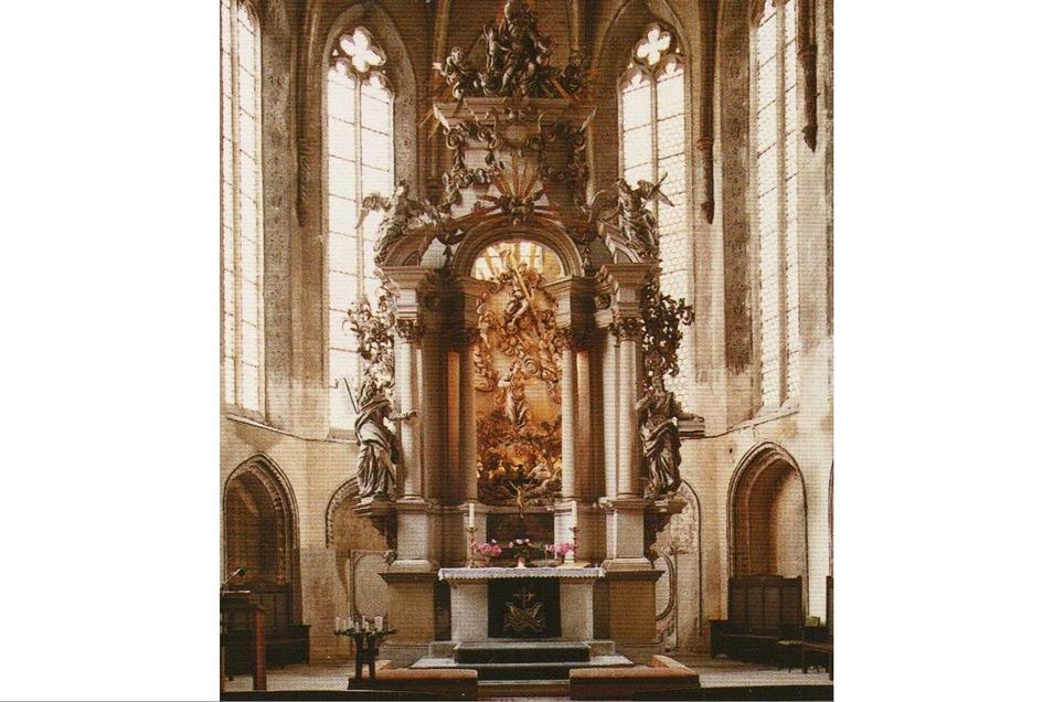 Der Innenraum der Kirche wird durch den barocken Hochaltar beherrscht. Er steht seit 1715 an Stelle des spätgotischen Marienaltars, der seitdem die Barbarakapelle ziert.
