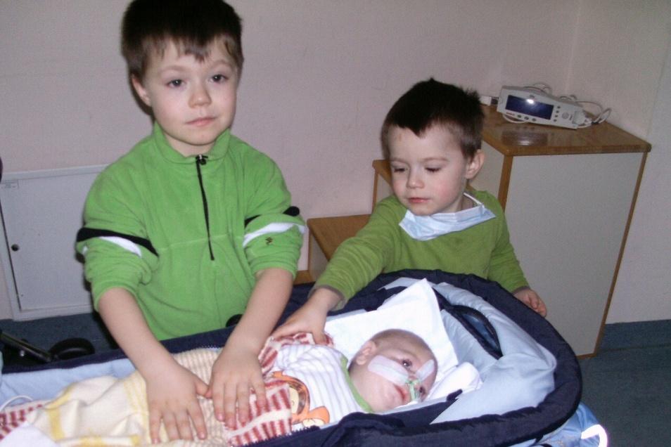 """""""Warum ist Matteo so anders als wir?"""" Die Söhne Joshua (l.) und Justus (r.) besuchen ihren kleinen Bruder 2011 zum ersten Mal im Krankenhaus."""