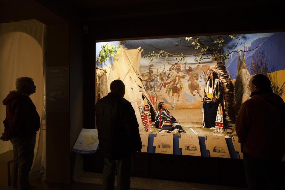 Die große Vitrine mit der Darstellung einer Indianerfamilie im Karl-May-Museum kennen alle Besucher. Jetzt muss die Krise zwischen Museumsmitarbeitern und Stiftungsvorstand behoben werden.