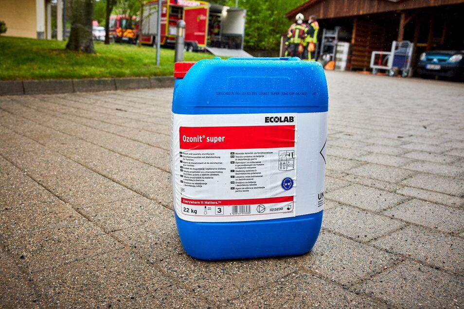Ein Kanister mit Bleichmittel (Ozonit super, Wasserstoffperoxid-Lösung) war umgefallen.