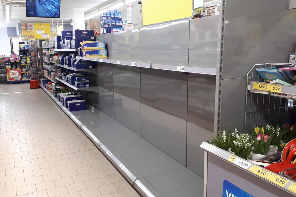 Leere, wohin man schaut: Toilettenpapier gibt es in Dresden derzeit kaum zu kaufen.