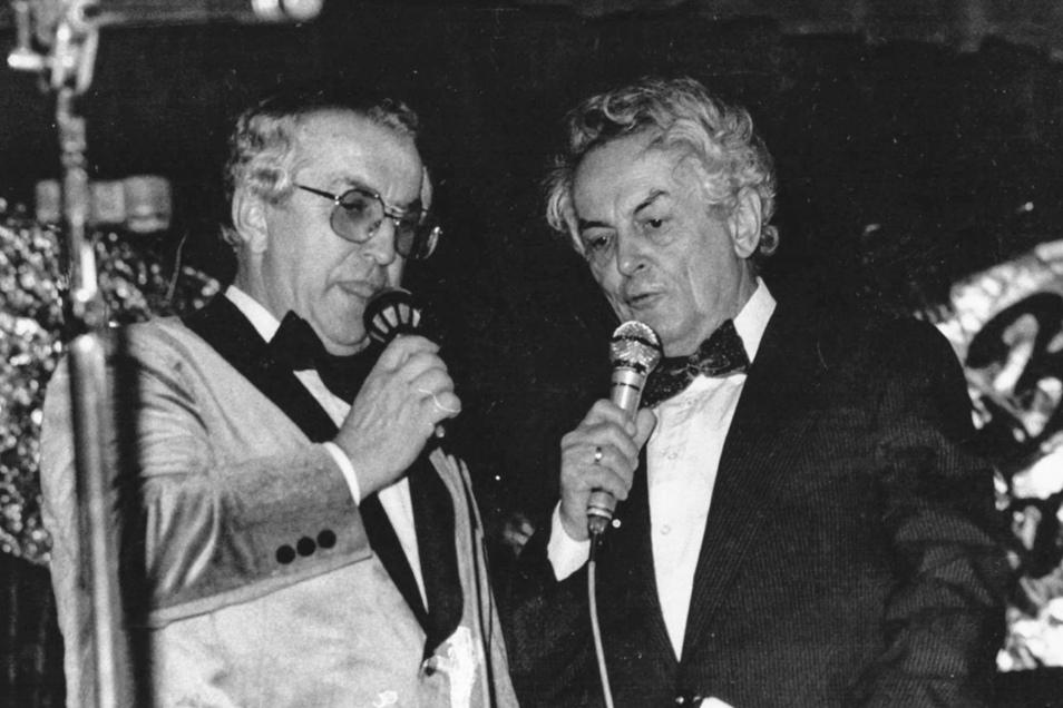 Lokalreporter-Urgestein Heinz Fiedler (re.) war häufig auch auf diversen Freitaler Unterhaltungsbühnen aktiv. Hier stellt er als Moderator den Gründer und Leiter der Stahlspritzer Horst Kraut zur Rede.