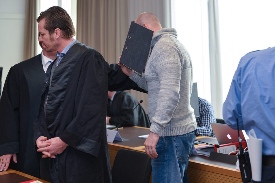 Verteidiger Peter Fricke (l.) mit seinem Mandanten René H., hat nun die Geduld des Gerichts endgültig überspannt.