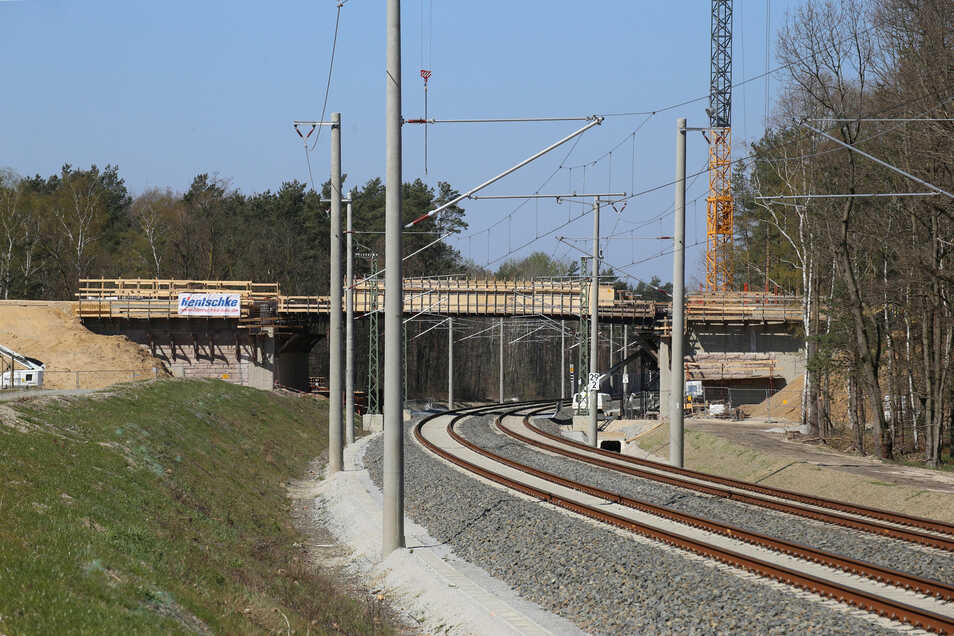 Wegen der Bauarbeiten an der B-115-Brücke bei Niesky kommt es zwischen dem 16. und 23. Juni wieder zu Vollsperrungen auf der Bahnstrecke.
