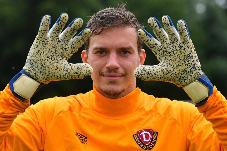 Die Handschuhe darf außer ihm selbst keiner berühren. Sonst zieht Anton Mitryushkin sie nicht mehr an und verschenkt sie an die Dynamo-Fans.