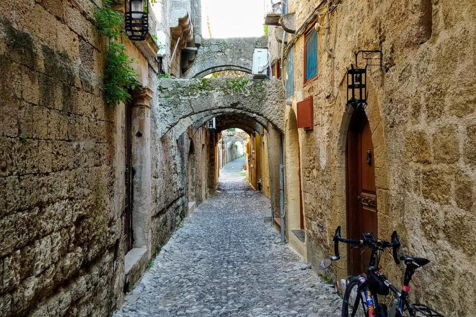 Das Bild zeigt eine der menschenleeren Gassen in der Altstadt von Rhodos. Hier drängen sich sonst die Touristen.