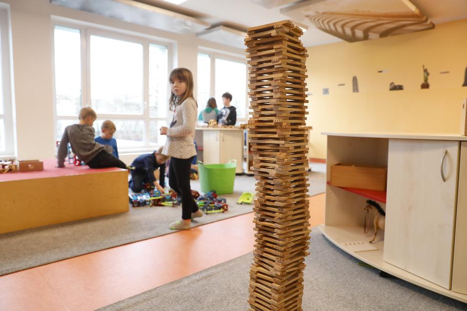Blick in das Bauzimmer. Dort können die Kinder aus verschiedenen Materialien ihrer Kreativität freien Lauf lassen.