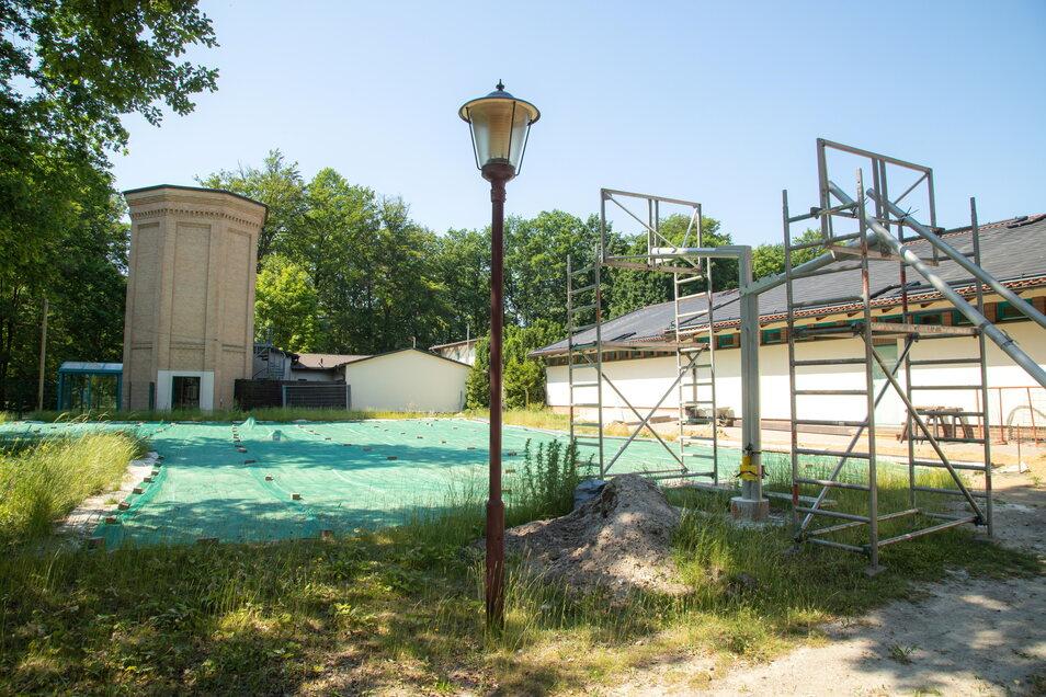 Noch einiges zu tun ist am Volleyball- und Basketballspielfeld hinter der Sauna. Hier soll auch eine weitere Liegewiese entstehen.