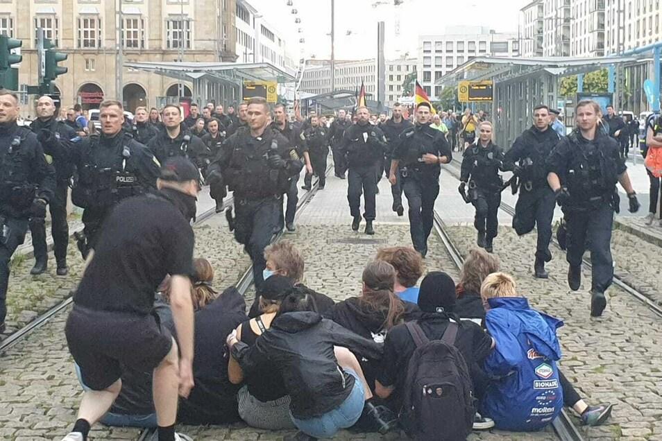Diese Blockierer umstellte die Polizei am Montagabend und leitete Pegida an ihnen vorbei.