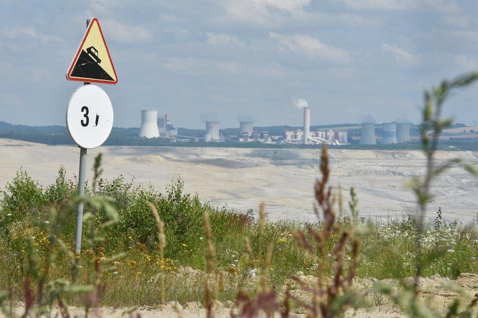 Die Grube Turow mit dem Kraftwerk im Hintergrund. Tschechien fordert eben sofortigen Abbaustopp bis zur Entscheidung des Europäischen Gerichtshofes.