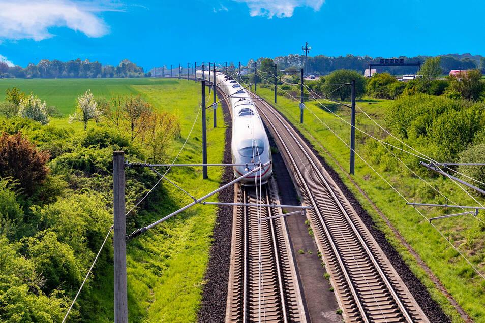 Auf 13.000 Kilometern können derzeit nur Dieselzüge fahren. In Chemnitz wird für solche Strecken nun der erste Zug mit Batteriebetrieb getestet.