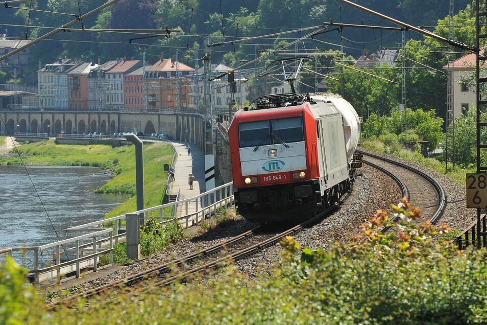 Güterzug im Elbtal bei Königstein: Die Kapazität ist nahezu ausgereizt.
