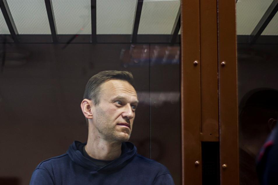 Nawalny soll gegen Meldeauflagen bei Behörden nach einem früheren umstrittenen Strafverfahren von 2014 verstoßen zu haben. Deshalb verurteilte ihn ein Moskauer Gericht zu Straflager, rund zweieinhalb Jahre soll er absitzen.