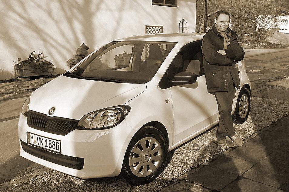 """Da war er noch motorisiert: Vincent Konrad neben seinem geliebten Auto, einem Skoda namens """"Viktor""""."""