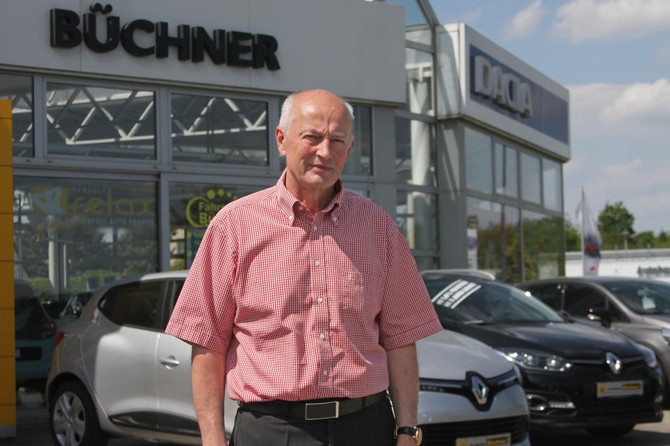 Unternehmenschef Horst Büchner vor seinem Autohaus an der Schlaurother Straße in Görlitz: Er verkauft E-Autos vor allem an Firmen.