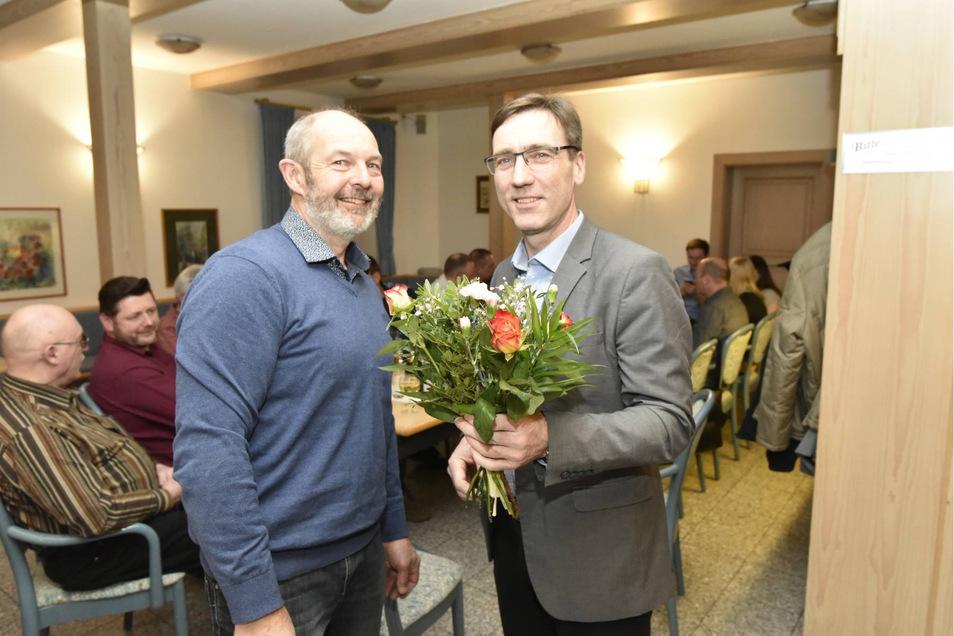 Ingolf Michael, der stellvertretende Bürgermeister, gratuliert Torsten Schreckenbach zur Wiederwahl bei einer kleinen Wahlfeier im Erbgericht in Höckendorf.