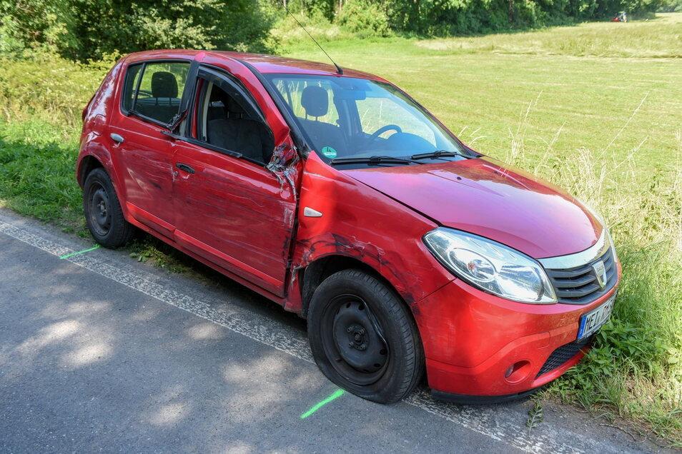 Gleich vier an einer Ampel haltende Autos streifte der Dacia.