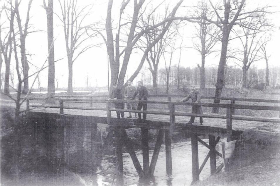 Eine Konstruktion aus Holzbalken und Brettern sollte die Überfahrt von Fuhrwerken über den Schwarzen Schöps ermöglichen. So zeigte sich die Schmiedebrücke im Jahr 1942.
