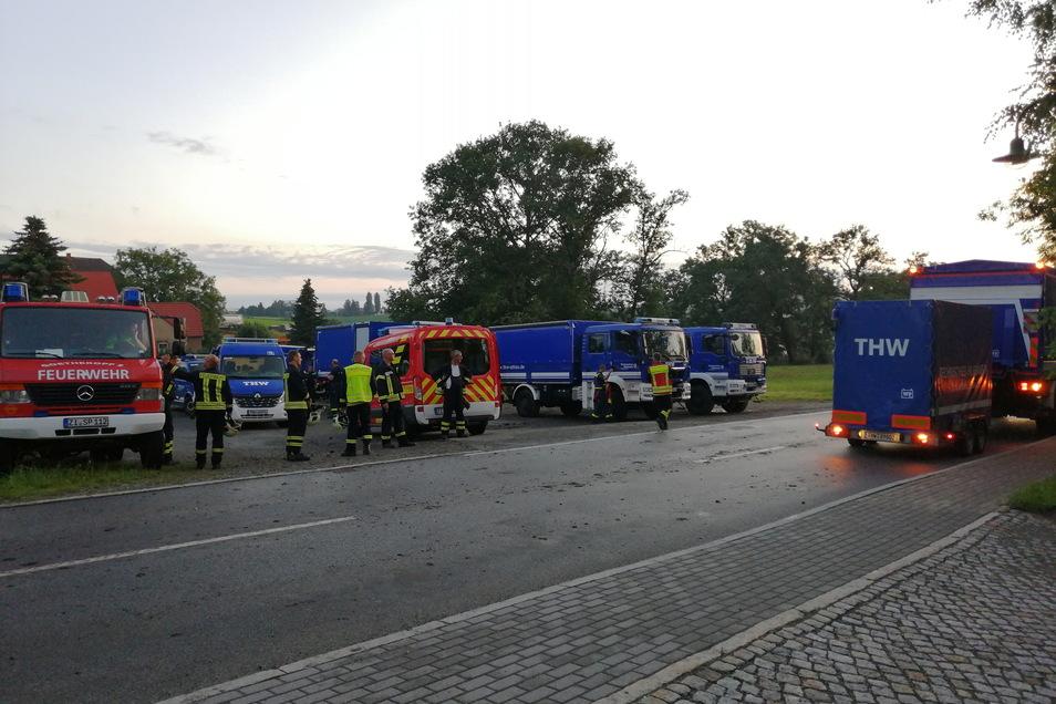 Die Einsatzkräfte von THW und Feuerwehr waren die ganze Nacht hindurch in Spitzkunnersdorf bis Sonntag 4 Uhr im Einsatz.