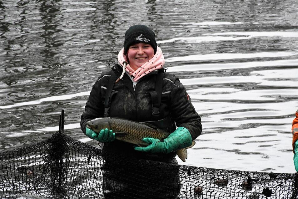 Emma Kittner erlernt als Auszubildende den Beruf eines Teichwirts und packt beim Abfischen mit an.