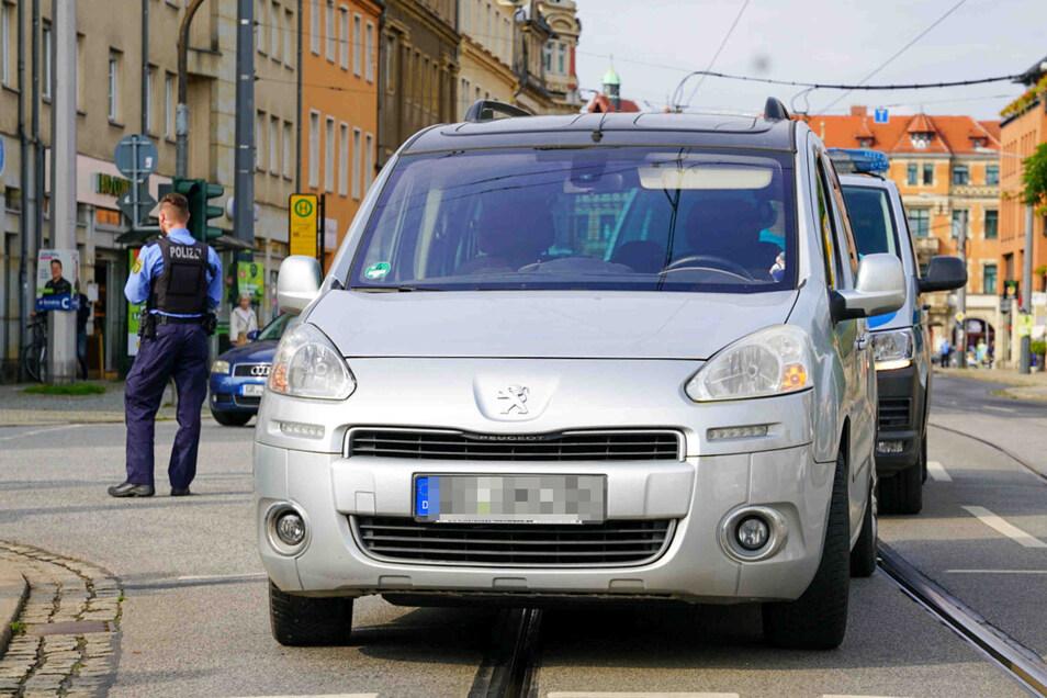 Dieser Peugeot kollidierte am Montagmittag mit einem Fußgänger oder eine Fußgängerin in Dresden.