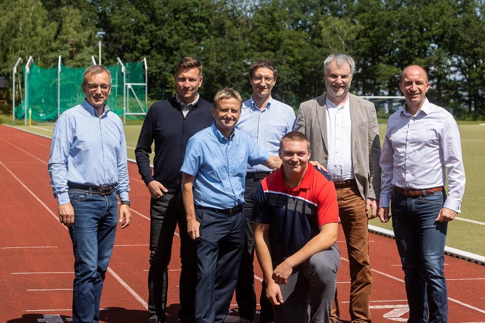 Lukas Schober hat jetzt einige Freitaler, die nicht nur hinter ihm stehen, sondern ihn auch finanziell unterstützen. Dazu gehören unter anderem Jörg Schneider (v.l.n.r), Alexander Karrei, Dietmar Wagner, Matthias Leuschner, Uwe Rumberg und Henryk Eismann.