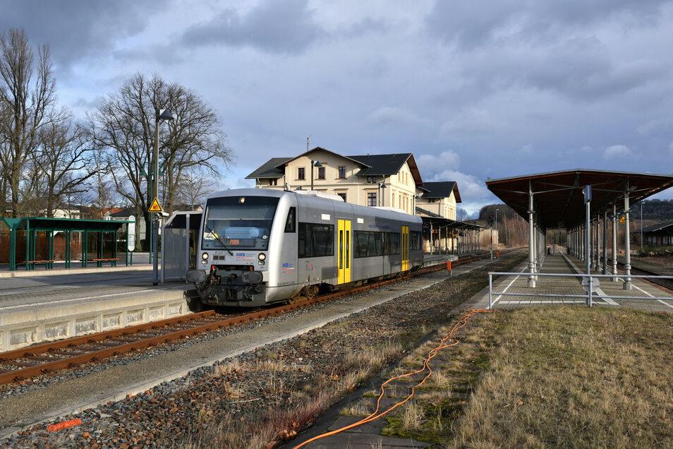 Ungewohntes Bild: ein Triebwagen der Mitteldeutschen Regiobahn im Bahnhof in Neustadt.