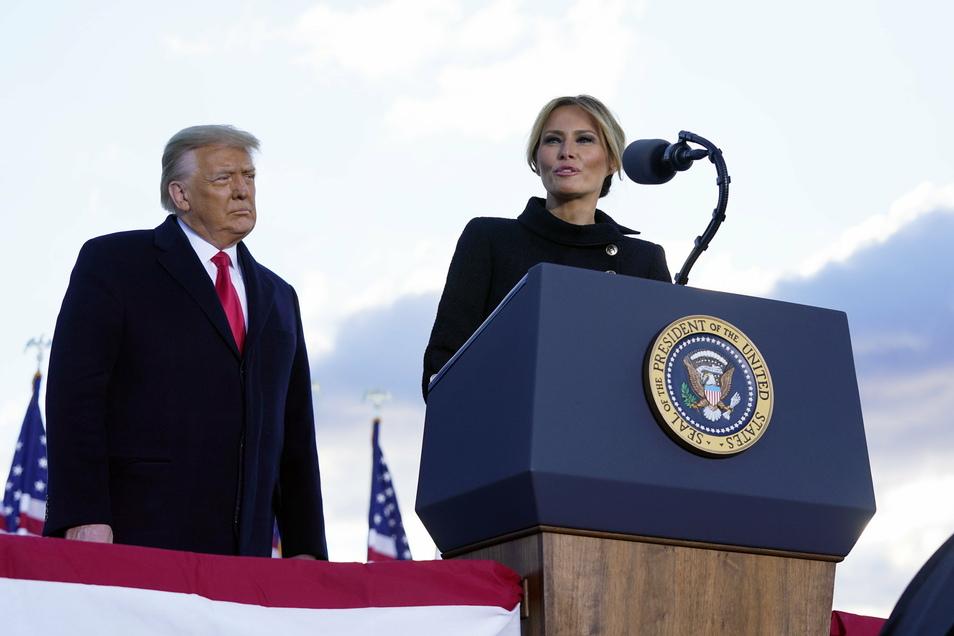 Donald Trump, Präsident der USA, hört zu, während seine Frau Melania Trump, First Lady der USA, auf der Andrews Air Force Base spricht.