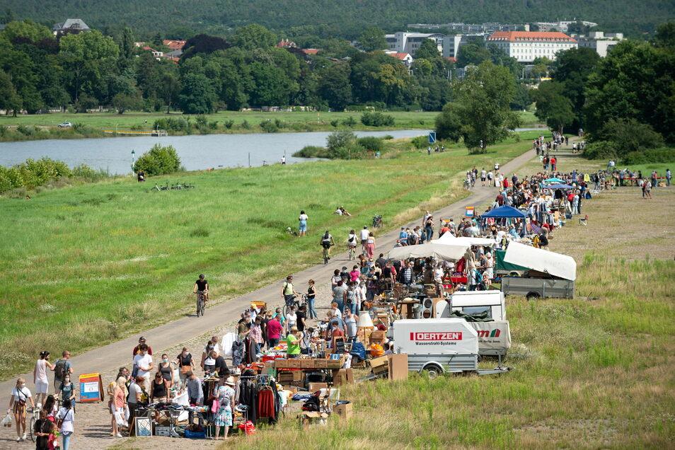 An der Albertbrücke hat am Samstag der Elbeflohmarkt wieder begonnen.