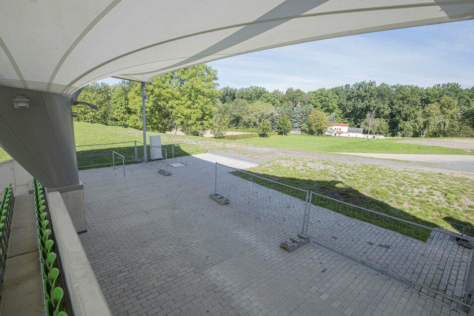 Die neue Reithalle des Landgestüts soll hinter der Steintribüne in den Hang gebaut werden. Der Zugang für die Besucher wird sich auf dem gleichen Niveau befinden wie der für die Tribüne.