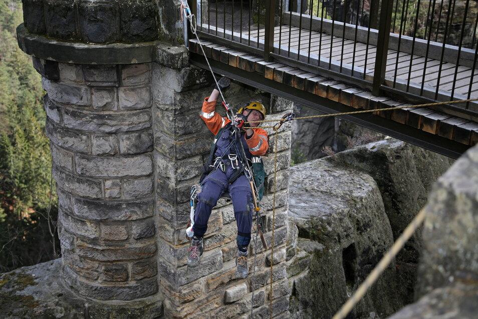 Baumelt über dem 40 Meter hohen Abgrund: Gutachter Dieter Krebs kontrolliert die Aussichtskanzel an der Basteibrücke.