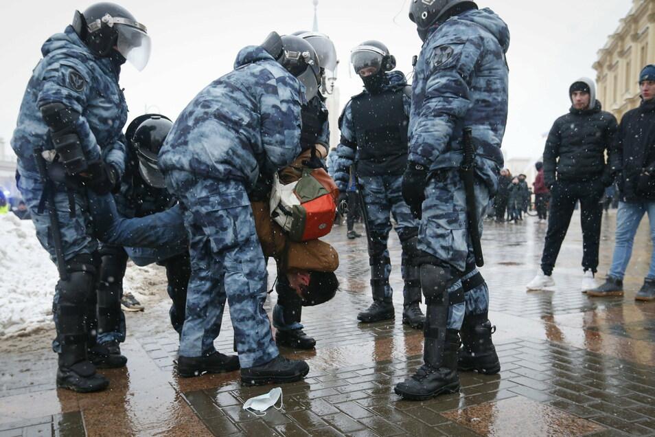 Polizisten verhaften in Moskau einen Mann während eines Protestes gegen die Inhaftierung von Oppositionsführer Nawalny.