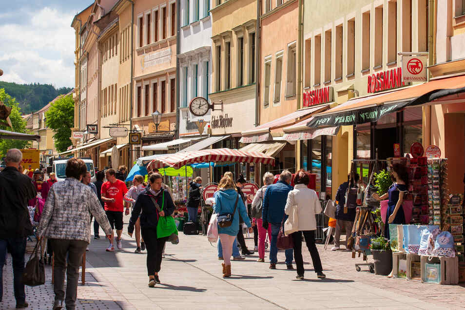"""Passanten am Dienstagmittag auf der Dohnaischen Straße in Pirna. """"Es ist die Zeit, in der viele Leute zusammenhalten."""""""