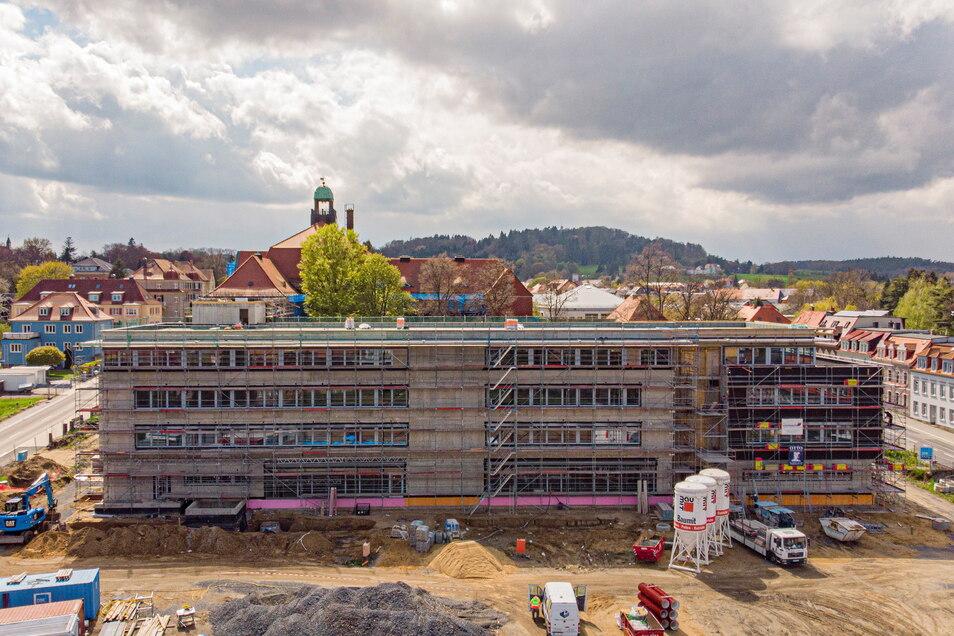 Das historische Kamenzer Gymnasium an der Henselstraße bekommt derzeit einen Anbau. Doch auch damit wird das Schulgebäude, wenn es 2022 fertig wird, schon wieder zu klein sein.