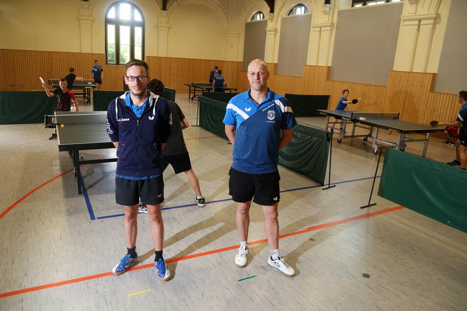 Die Nachwuchs-Trainer Tobias Kern (l.) und André Berencsi opfern jetzt noch mehr von ihrer Freizeit, um die Riesaer Talente voranzubringen.