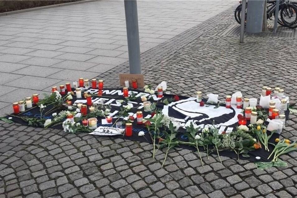 Am Jorge-Gomondai-Platz liegen am Mittwochnachmittag nach einer Kundgebung Blumen im Gedenken an den ums Leben gekommenen jungen Eritreer.