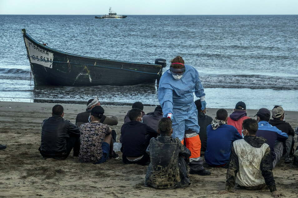 Bei angekommenen Flüchtlingen in Gran Canaria wird wegen der Corona-Pandemie Fieber gemessen.