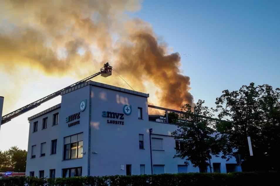 Eine dunkle Rauchsäule stand gestern kurz nach 6.30 Uhr über dem Gebäude des Augen-Medizinischen Versorgungszentrums im Hoyerswerdaer WK I.