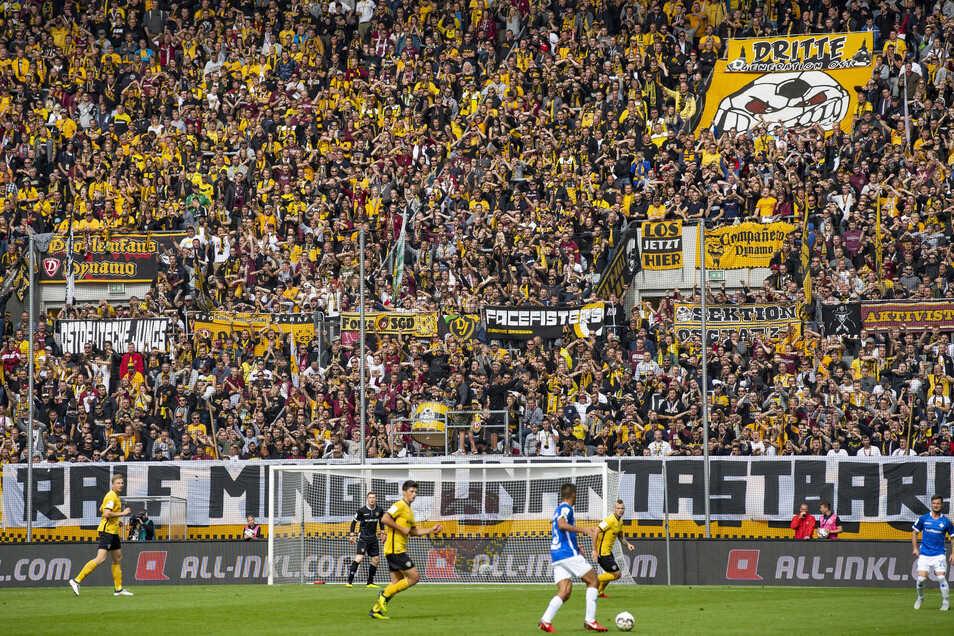 """Beim Spiel gegen Darmstadt am 22. September 2018 entrollten die Ultras im K-Block ein Banner mit der Aufschrift: """"Ralf Minge - unantastbar."""" Nach dem Bekenntnis war ein Machtkampf entschieden."""
