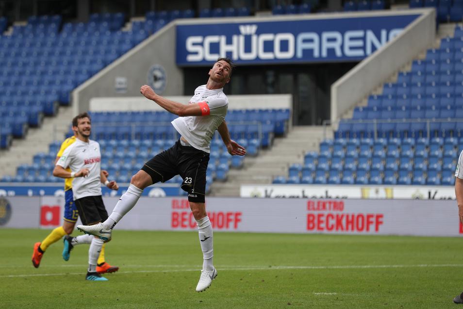 Verls Julian Stöckner hat soeben per Kopfball das Eigentor zum 0:1 erzielt.