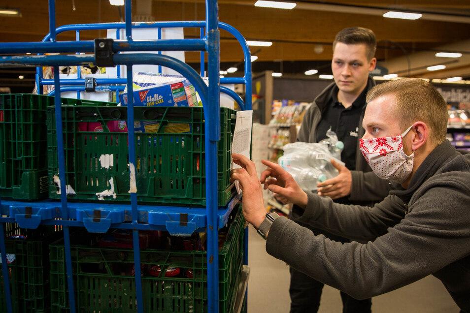 Im Edeka-Markt an der Hamburger Straße packen Patrick Rothe (r.) und Xaver Lietsch die Hilfspakete.