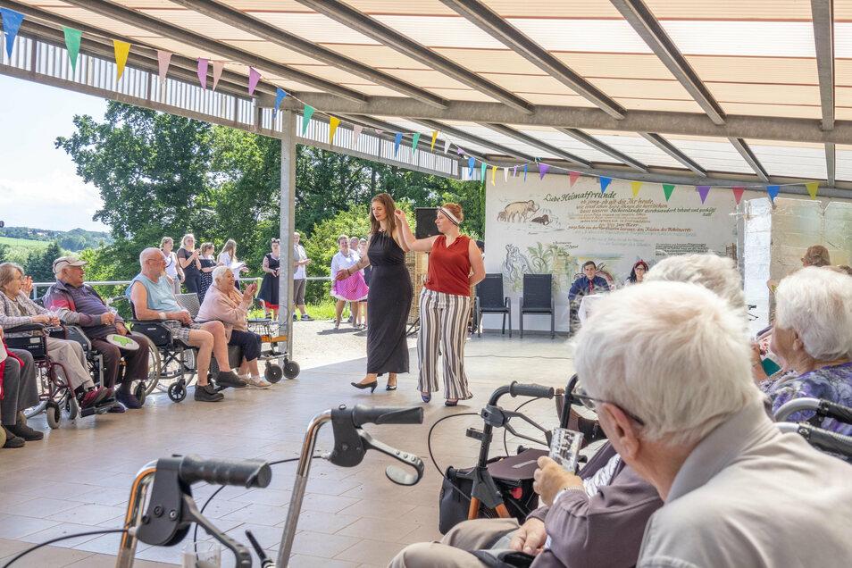 Vor einigen Wochen wäre das noch undenkbar gewesen: Schüler der Heimererschule führen im Seniorenhaus Am Südhang in Technitz ein Programm auf. Mit den nötigen Sicherheitsabständen.