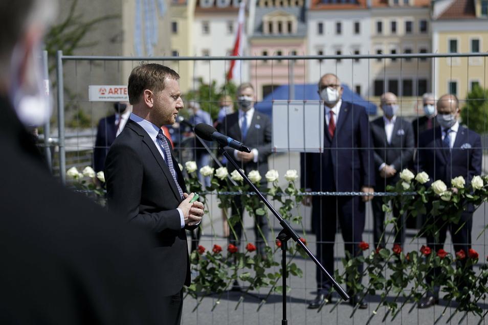 Am 8. Mai gedachten Sachsens Ministerpräsident Michael Kretschmer (vorn) und die Spitze der Wojewodschaft Niederschlesien (Hintergrund) gemeinsam auf der Görlitzer Altstadtbrücke dem Ende des Zweiten Weltkrieges.