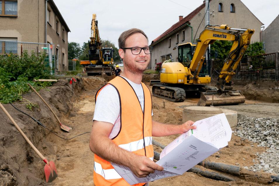 In Jenkwitz läuft alles nach Plan. Bauleiter Tobias Leschke von der Firma AIB Bautzen steht hier in der Baugrube, in der bereits alle Regen- und Schmutzwasserleitungen liegen. Am Bau der Kreisstraße sind viele Partner beteiligt.