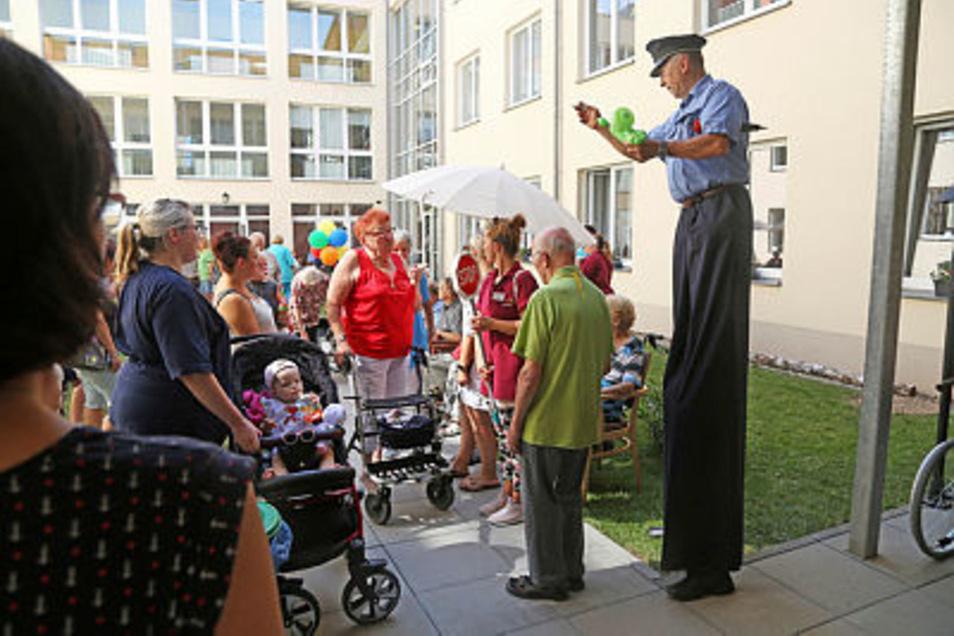 Bei der Geburtstagsfeier im Advita-Haus Weida sorgte unter anderem Zauberer Thomas Born (r.) für Unterhaltung.